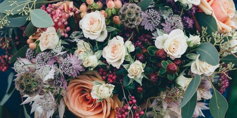 smuk blomst med til konfirmanden